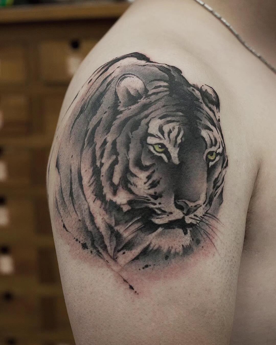 章先生大臂虎纹身图案